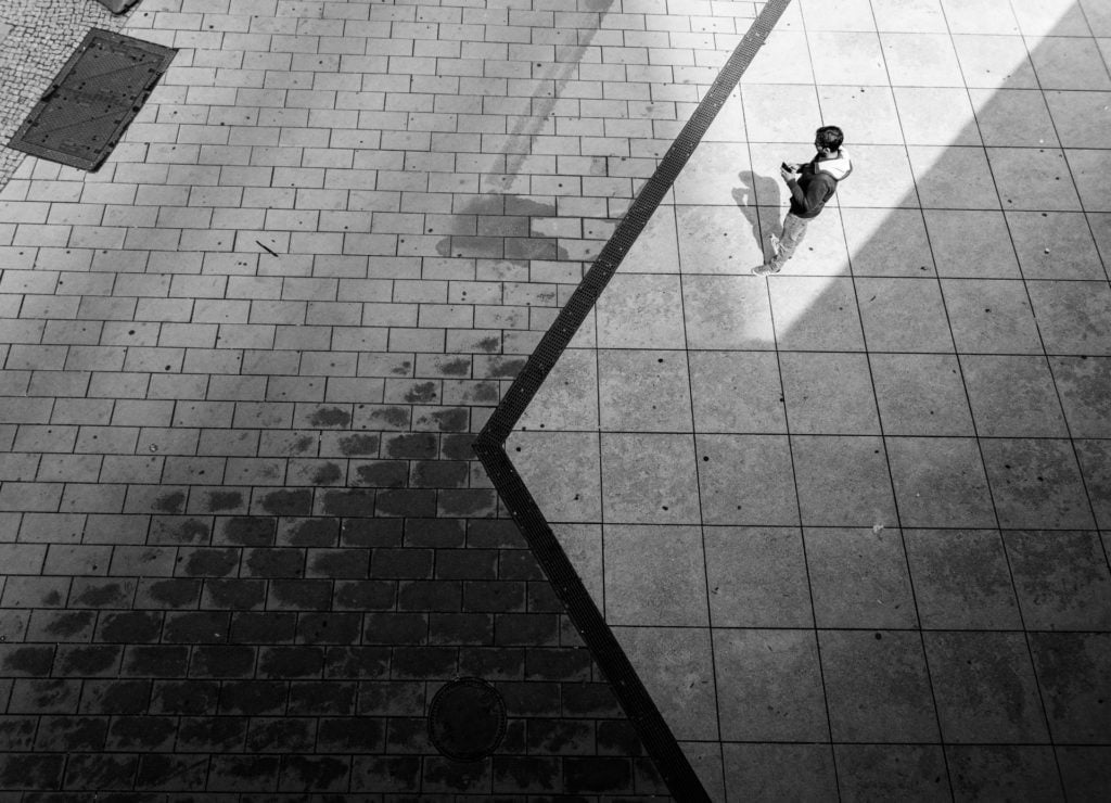 Streetphotography Berlin #ludovica #spontanefotografie #blackwhite #belgianphotographer #antwerpphotographer #straatfotografie #streetphotography #bnw #monochrome #ig_streetphotographer #beststreets #streetphoto #street_photographer #nikon #berlin